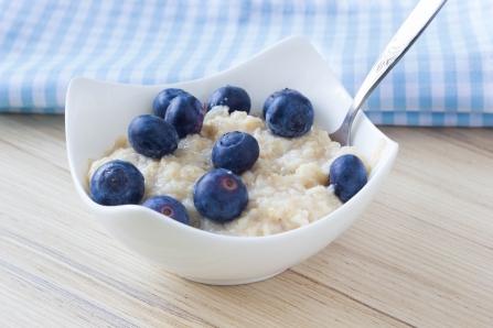 shutterstock_270983405-porridge-and-blueberries-sept15